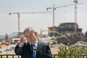 Benjamin Netanyahu to the backdrop of the Har Homa settlement under construction